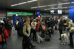 Brand an der Münchner Freiheit: Warten auf die Freigabe des Bahnsteigs