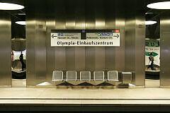 Sitzgruppe am Olympia-Einkaufszentrum mit angepasster Bahnsteigbeschriftung (2007)
