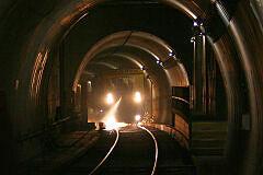 Schienenschleifzug der Firma Speno bei der Arbeit