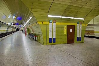 U-Bahnhof Karlsplatz (Stachus) mit Pferdetram als Wandbild