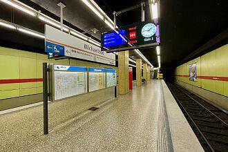 Einfahrender C-Zug im U-Bahnhof Michaelibad