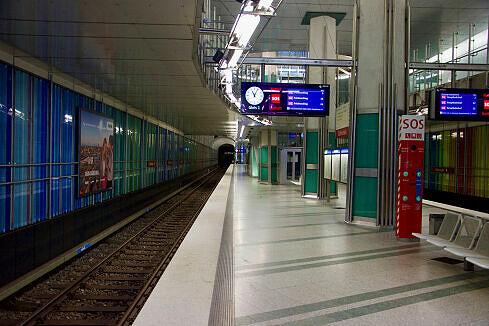 Dülferstraße mit einfahrendem C-Zug an Gleis 2