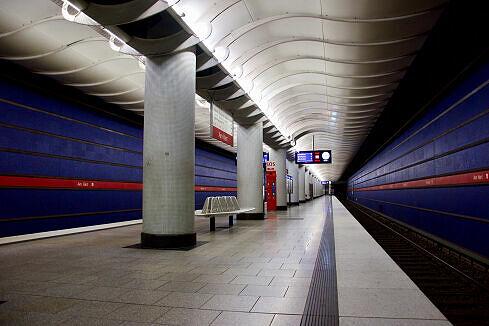 Einfahrender B-Zug im Bahnhof Am Hart