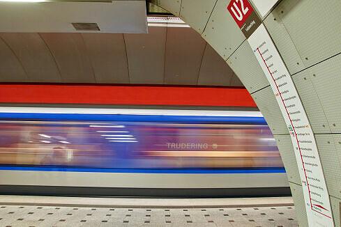 Einfahrender C-Zug im U-Bahnhof Trudering