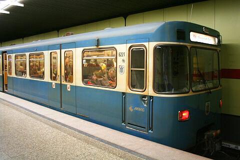 A-Wagen 221 im U-Bahnhof Untersbergstraße