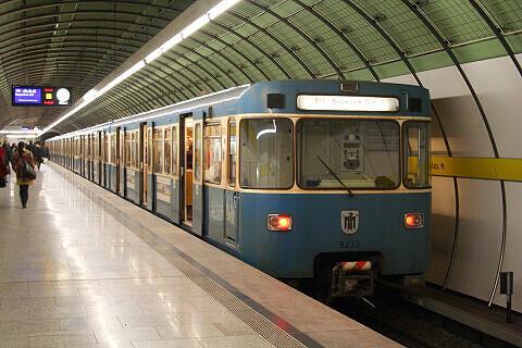 A-Wagen 233 am Odeonsplatz