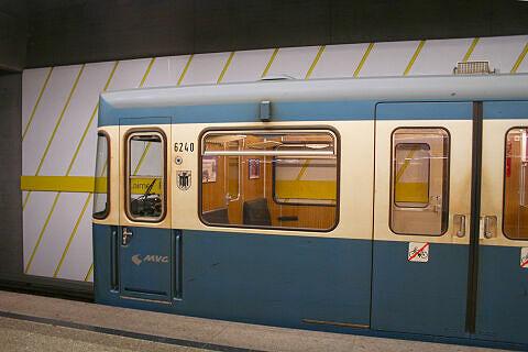 A-Wagen 240 im U-Bahnhof Laimer Platz