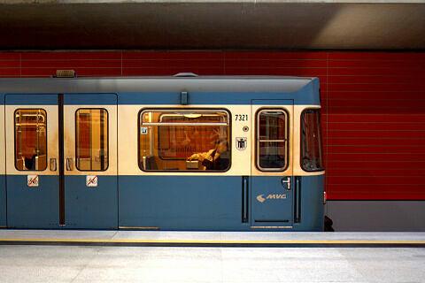 A-Wagen 321 im U-Bahnhof Oberwiesenfeld