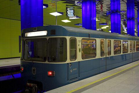 A-Wagen 337 im U-Bahnhof Münchner Freiheit
