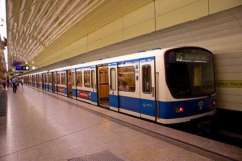 B-Wagen 565 im U-Bahnhof Karlsplatz (Stachus)