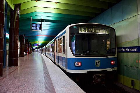 B-Wagen 569 im U-Bahnhof Klinikum Großhadern