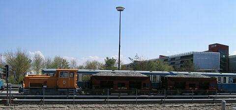 Diesellok mit zwei Schotterwagen im Betriebshof