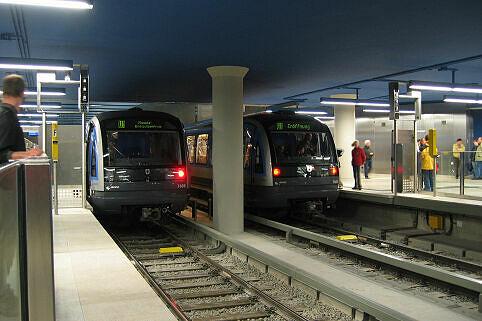 C-Zug 609 (links) am Olympia-Einkaufszentrum