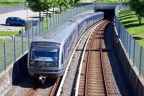 C-Zug 614 bei der Einfahrt in den Bahnhof Garching-Hochbrück