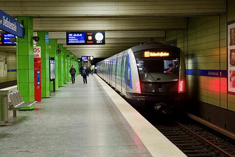 C2-Zug 713 im Bahnhof Dietlindenstraße