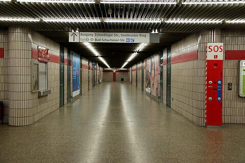 Verbindungstunnel zu den östlichen Ausgängen im U-Bahnhof Innsbrucker Ring