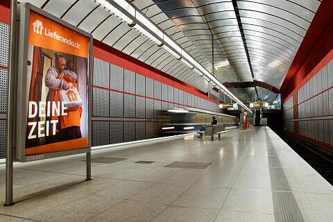 Einfahrender C-Zug im Bahnhof Kreillerstraße
