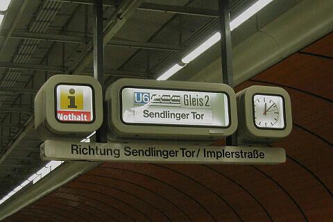 Zugzielanzeiger im Bahnhof Marienplatz vor dem Umbau