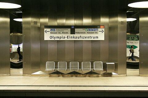 Sitzgruppe am Olympia-Einkaufszentrum mit angepasste Bahnsteigbeschriftung (2007)