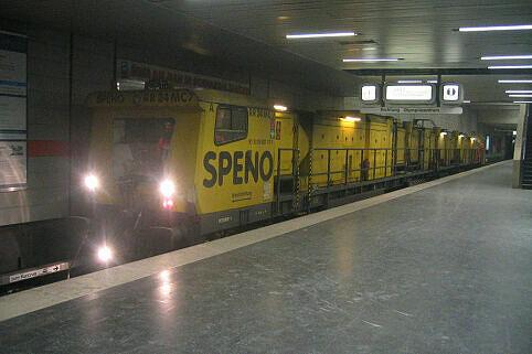 Schienenschleifzug der Firma Speno an der Münchner Freiheit