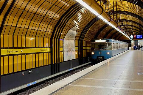 Einfahrender B-Wagen an der Theresienwiese