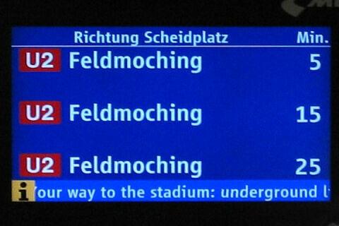 Zugzielanzeiger mit Informationen für WM-Besucher