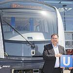 MVG-Chef Ingo Wortmann und Sabrina Soussan, Geschäftsführerin Siemens Mobility mit dem ersten C2-Zug der neuen Lieferung